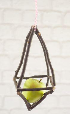 Langsam wird es draussen kühler, die Bäume verlieren Blätter und Früchte, es wird Zeit wieder an unsere Gefiederten Freunde zu denken! Meisenknödel und lecker Äpfelchen werden in diesen hängenden, …