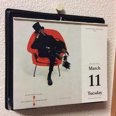 March 11 : Knoll Furniture and Textiles 1960 高級デザイン家具のノル、MoMAの永久コレクションにも数多く選ばれているそうだ。真っ黒な煙突掃除夫と赤いモダン家具の対比。