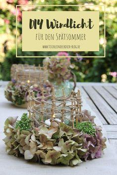 Ein spätsommerliches Windlicht basteln mit Hortensienblüten aus dem Garten. Wie es geht, mit leeren Käseschachteln und Juteschnur, zeige ich Dir auf meinem Blog. Ein einfaches DIY, das kannst auch Du. #tischleindeckdichblog #windlicht #basteln #diyidee Deco Table, Plant Decor, Wedding Designs, Place Card Holders, Romantic, Table Decorations, Diys, Simple, Flowers