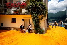 Eine Stadt im Orange-Fieber: In Pesciera lagert Christos aktuelles Verpackungsmaterial.