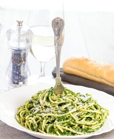 This spaghetti with spinach sauce recipe is a super simple pasta sauce that's quick, healthy and really flavorful. sauce Spaghetti with Spinach Sauce Quick Healthy Meals, Healthy Pasta Recipes, Spinach Recipes, Healthy Pastas, Vegetarian Recipes, Healthy Eating, Cooking Recipes, Spinach Pasta Sauce, Easy Pasta Sauce