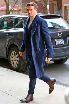 If you are in the market for brand new men's fashion suits, there are a lot of things that you will want to keep in mind to choose the right suits for yourself. Below, we will be going over some of the key tips for buying the best men's fashion suits. Richard Madden, Robert Madden, Mode Masculine, Mens Fashion Suits, Mens Suits, Best Dressed Man, New York Street, Men Dress, Nice Dresses