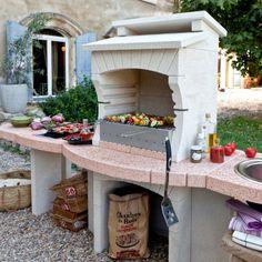 Une cuisine extérieure classique avec un barbecue en pierre reconstituée, un évier et un plan de travail, Castorama