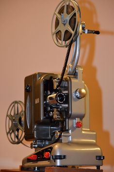 I recently inherited this gorgeous film projector from the - Film Cameras Antique Cameras, Old Cameras, Vintage Cameras, Canon Cameras, Canon Lens, Cool Raspberry Pi Projects, Cinema Projector, 8mm Film, Geek Gadgets