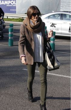 The latest tips and news on olivia-palermo are on The F-word Fashion. On The F-word Fashion you will find everything you need on olivia-palermo. Estilo Olivia Palermo, Olivia Palermo Outfit, Olivia Palermo Lookbook, Olivia Palermo Style, Outfits Pantalon Verde, Olive Jeans, Fashion Corner, Mode Hijab, Casual Elegance