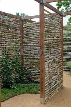 28 Awesome DIY Outdoor Privacy Screen Ideas with Picture It's great to have wonderful backyard. So here comes the solution; an outdoor privacy screen. You can build your own DIY privacy screen. Cerca Diy, Cerca Natural, Garden Ideas To Make, Diy Terrasse, Privacy Screen Outdoor, Privacy Screens, Diy Fence, Fence Garden, Fence Ideas