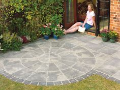 Autumn Silver Old Riven Circle Paving - B&Q for all your home and garden supplies and advice on all the latest DIY trends Terrace Design, Patio Design, Back Gardens, Small Gardens, Modern Gardens, Outdoor Gardens, Circular Patio, Concrete Paving, Gardens