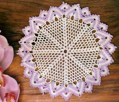 toalhinha em croche acabamento leques de pontos altos branco e lilas em croche com receita