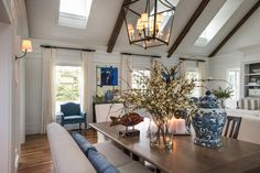 In order to balance out the room's high ceilings, Linda chose a centerpiece with plenty of interest and volume.