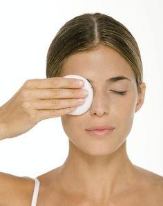 ¡Desmaquíllate! Tener por las noches una rutina diaria de higiene facial es fundamental para un rostro sano.  Paso 1 Comienza con los ojos. Aplica desmaquillante a un algodón y manténlo unos segundos en cada ojo Arrastra el algodón hacia abajo. Para sacar el delineado, utiliza cotones .  Paso 2 Continúa con el rostro. Con otro algodón con desmaquillante, retira el maquillaje de la nariz al pómulo. En las mejillas hazlo en circulos Paso 3 No te olvides de los labios.