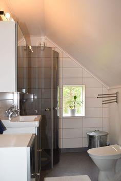 Kakel + våtrumsmatta Bathroom Lighting, Sauna Ideas, Bathtub, Mirror, Furniture, Home Decor, Bathroom Light Fittings, Standing Bath, Bathroom Vanity Lighting