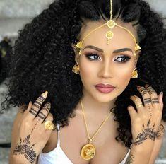 Happy Sunday 😊 via Ethiopian Wedding Dress, Ethiopian Dress, Ethiopian Beauty, Ethiopian Jewelry, African Beauty, African Women, Ethiopian Braids, Habesha Kemis, Ethiopian Traditional Dress