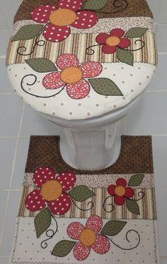 Jogo para banheiro confeccionado com tecidos 100% algodão. Tapetes para decoração, não vem com antiderrapantes. Caso o cliente queira terá um acréscimo de 50,00.