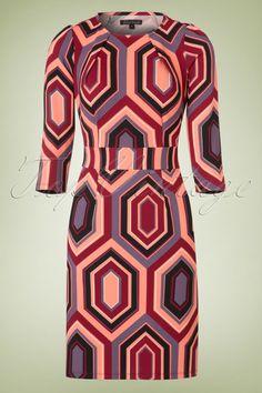 Dieses 60s Mona Jade Dress entspricht den ultimativen Retro Traum! Dieses Kleid ist ein echter Hingucker, mit einer klassischen, runden Halslinie mit Faltenlegung, einem breiten Taillenbund und 3/4 Ärmeln ;-) Hergestellt aus einem weichfließenden, dehnbaren Stoff in Strukturgewebe mit einem auffälligen 60s Muster in Rosa, Dunkelrot und Lila. Wir deine Kurven betonen ohne aufzutragen.Nicht nur traumhaft trageleicht, sondern auch noch traumhaft schön. Dieses Kleid erfü...