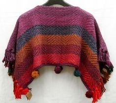 poncho corto lana 100%, colores a elección, con pompones Loom Weaving, Hand Weaving, Knitting Stiches, Weaving Projects, Blanket Scarf, Knit Or Crochet, Xmas Crafts, Fabric Crafts, Fabric Design