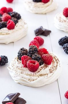 Berries and Cream Meringue Nests: Crisp meringue nests filled with a delicious vanilla cream filling and piled high with sweet berries and dark chocolate shavings! Mini Desserts, Just Desserts, Delicious Desserts, Dessert Recipes, Passover Desserts, Paleo Sweets, Pudding Recipes, Oreo Dessert, Pavlova