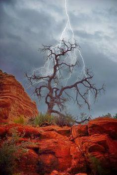 Tempestade elétrica... me faz lembrar diretamente da música do U2 > Eletrical storm;