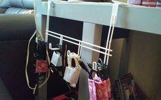 #Porta fios pratico.  _usei um cabide de porta e organizei meus carregadores e fones de ouvido.  _fiz pequenas alças de tecido e fechamento em velcro para mantê-los bem arrumados.