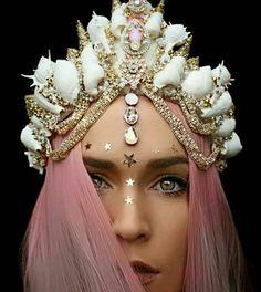 Une créatrice de talent réalise des couronnes de fleurs et de coquillages absolument fascinantes... Les photographies vont vous éblouir