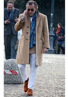 ベージュチェスターコート×白パンツの着こなし【60代】(メンズ)