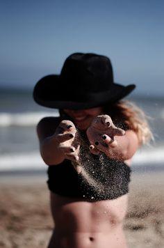 30 IDEAS DIVERTIDAS Y ORIGINALES PARA TOMAR FOTOS EN LA PLAYA | Mary Wears Boots