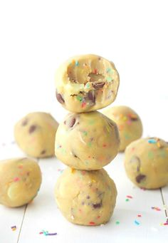 Edible Funfetti Cookie Dough Truffles with sprinkles and chocolate chips! No bake and so easy to throw together - a great one for the kids (Baking Cookies With Kids) Cookie Dough For One, No Bake Cookie Dough, Cookie Dough Truffles, Edible Cookie Dough, Candy Recipes, Cookie Recipes, Dessert Recipes, Dessert Bars, Croissants