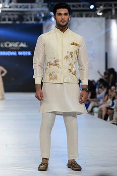 "#SaniaMaskatiya ""August Dream"" Showcased at #PLBW2016 Day 1 #plbw16"