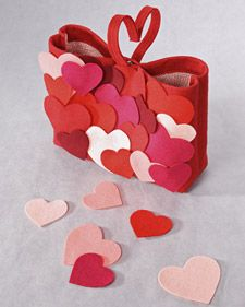 The hilarious Joan Rivers joins Martha to craft a heart-shaped felt bag. Part 1. Would be adorable for kids to take for Valentine's Day instead of shoe boxes.