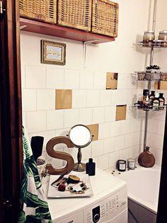 Egy jó kiadós költözés után, megérkeztünk új albérletünkbe. Megannyi válogatás után, kutyával elég nehéz volt minden kritériumnak megfelelőt találni. Minden lakásban volt egy kis bibi, így ebben is.... a fürdőszoba! Már akkor mondtam a feleségemnek bízzon bennem megoldom... Így is lett! Felmerül a… Diy Bathroom, Decor, Furniture, Dream Bathroom, Home, Round Mirror Bathroom, Mirror, Bathroom Mirror, Home Decor