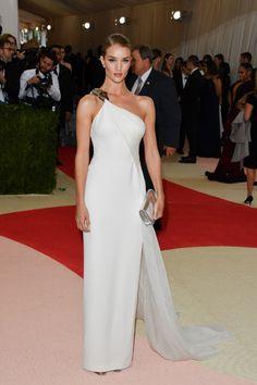 Rosie Huntington-Whiteley en robe Ralph Lauren Collection sur-mesure http://www.vogue.fr/mariage/inspirations/diaporama/inspiration-mariage-les-robes-blanches-du-met-ball-2016/33324#rosie-huntington-whiteley-en-robe-ralph-lauren-collection-sur-mesure