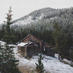 Snowy Colorado Mountain Cabin da kevinruss   Stocksy Stati