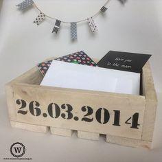 Houten opbergbak met #datum, leuk om de #enveloppen op de #bruiloft op te bergen.
