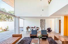 Casa em Brasília com fachada de vidro valoriza o concreto - Casa