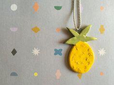 Collana con filo argentato e ciondolo in ceramica bianca colorata di giallo a forma di ananas