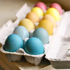 You don't have to buy pre-packaged dye in order to create colorful Easter eggs. Try some of these recipes for homemade Easter egg dye instead. Easter Egg Dye, Hoppy Easter, Easter Bunny, Natural Food Coloring, Rainbow Food, Spring Party, Food Crafts, Egg Recipes, Salad