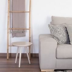 La escalera decorativa Bamboo quedará genial en cualquier zona de tu hogar. Apóyala en la pared y cuelga en ella toallas, revistas o lo que te apetezca.