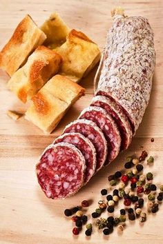 Salami and focaccia pizza Salami Recipes, Homemade Sausage Recipes, Charcuterie Recipes, Meat Recipes, A Food, Food And Drink, Cuisines Diy, Smoking Meat, Italian Recipes