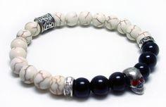 - Pulseira Masculina confeccionada com pedra Onyx Black e Turquesa Branca natural (8mm). <br>- Caveira de Prata e entremeios de Aço de alta qualidade. <br>- Tendência 2015. <br>Tamanhos: P - 16cm   M - 18cm   G - 20cm