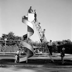 Vivian Maier tenía un don. Un talento innato, completamente autodidacta, que la llevó a hacer cientos de miles de fotografías callejeras a lo largo de su vida. Jamás los compartió con nadie. Era su placer privado desarrollado principalmente en espacios públicos de Chicago y Nueva York hasta su muerte en 2009.