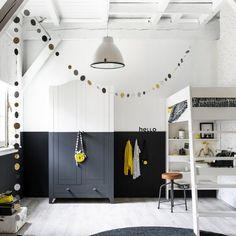 Gaaf: de onderkant van kast Joy is in deze meidenkamer in mat zwart geschilderd, zodat samen met de lambrisering een speels effect ontstaat. #karwei #woonwekenbijkarwei #trend #blog #home #inspiratie #interior #styling