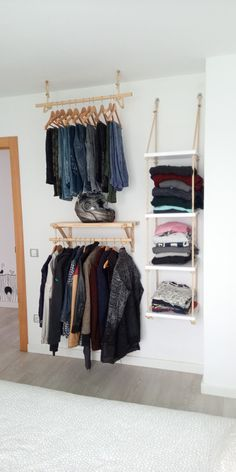 Closet diy hecho de madera, cuerdas y abrazaderas.🧡 Wood Clothing Rack, Tiffany Room, Bedroom Decorating Tips, Tin House, Home Decor Shelves, Cute Room Ideas, Small Closets, Minimalist Room, Boho Room