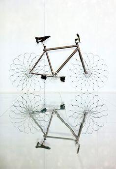 出生以色列,旅居英國的Ron Arad為倫敦民眾時常使用的交通工具boris bike設計了相當與眾不同的輪胎。腳踏車的輪胎以彎曲的鋼排列拼湊而成,看起來就像一朵綻放的花。    除了具有裝飾功能之外,更重要的是也能實際讓你騎上路,這項企劃名稱為「WOW bikes」(不是魔獸世界腳踏車啦XD),參與的人包括藝術家benedict radcliff、流行設計師 patrick cox與 alice temperley,歌手 paloma faith和繪圖家 natasha law,他們都各自設計了原創且獨特的腳踏車。