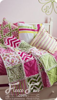 How To Make A Rag Quilt - A Beginners' Tutorial. Each step has a video to walk you through it - perfect for beginners! Rag quilts are so great to snuggle under. This makes quilting and sewing look easy. Rag Quilt Patterns, Beginner Quilt Patterns, Quilting For Beginners, Quilting Tutorials, Sewing For Beginners, Quilting Ideas, Quilting Projects, Sewing Patterns, Quilting 101