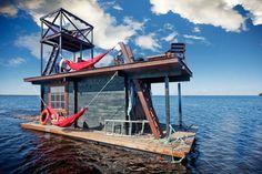 En 2012, un groupe d'amis à Joensuu, en Finlande, a construit un radeau tout à fait original. Ce bateau multifonctions est pourvu de quelques équipements inattendus, dont un sauna entièrement fonctionnel. C'est le résultat d'un projet de bricolage, connu en finnois sous le nom de Saunalautta. C'est un moyen ingénieux pour passer une journée sur l'eau. Les passagers peuvent plonger de la tour multi-plate-forme, se rafraîchir dans le lac et ensuite se détendre dans le spa ou autour du…