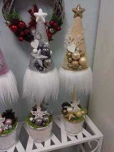 Boże Narodzenie Small Christmas Trees, Christmas Makes, Winter Christmas, Christmas Time, Christmas Wreaths, Christmas Ornaments, Christmas Flower Arrangements, Christmas Centerpieces, Xmas Decorations