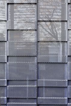 ↑ Two Houses Conde in Buenos Aires, Argentina by Hitzig Militello arquitectos; Facade Design, Wall Design, Exterior Design, Building Skin, Building Facade, Architecture Metal, Facade Pattern, Metal Cladding, Architectural Materials