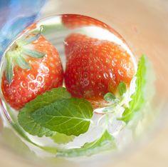Näyttää mintulta, tuoksuu mansikalta, maistuu mintulta… Mansikkamintun ihana mansikkainen tuoksu kulkeutuu sieraimiin, kun lehtiä vähän hipaisee. Tämä maukas yrtti tuo kesän huulille ennen aikojaan ja virittää kokkausideat vauhtiin. Strawberry, Food, Essen, Strawberry Fruit, Meals, Strawberries, Yemek, Eten, Strawberry Plant