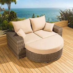 Luxury outdoor garden 2 seater sofa/settee/daybed mocha rattan 13. Truly stunning in design, this large 2 seater sofa gives a super high-class feel. This set consists of left and right hand end pieces and a large D shape footstool and clips to hold them together, 2 x scatter cushions and heavy-duty covers. Made from fully weatherproof PE rattan, hand woven over a rust resistant frame. Call 02476 642139 or email sales@quatropi.com or visit www.quatropi.com for additional information.