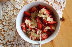 Erdmandelfrühstück mit Erdbeeren und Mandelplättchen