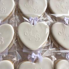 Valor para biscoitos lisos, com iniciais personalizadas e pintura perolada, prata, ouro ou bronze. Sugestão para casamentos, festa de 15 anos e bodas. Biscoitos decorados da foto, tamanho de 8 a 10 cm aproximadamente. Quantidade mínima, de 15 biscoitos e até 3 modelos diferentes, Podem ser ... Wedding Shower Cookies, Cookie Wedding Favors, Wedding Sweets, Bridal Shower, Iced Cookies, Royal Icing Cookies, Sugar Cookies, Valentine Cookies, Christmas Cookies